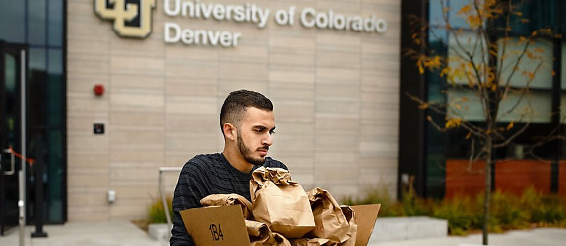 Muslim volunteers hand out sack lunches to Denver's homeless